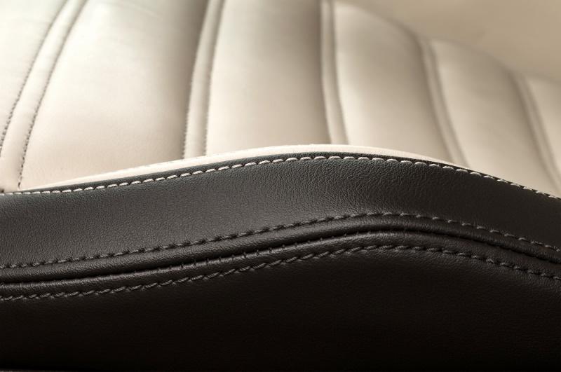 Vestidura con piel automotriz en blanco y negro
